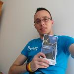 Ich mit einem Reiseführer über Aachen in meinem Zimmer